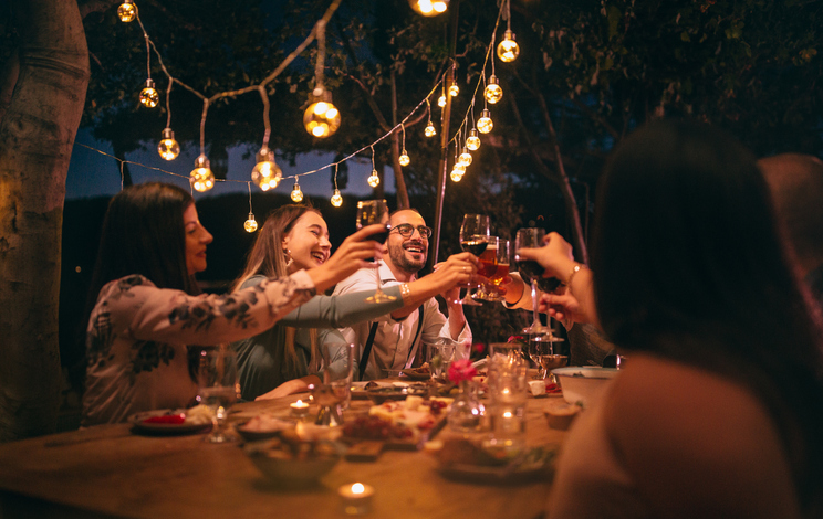friends having dinner to demonstrate staying healthy while eating in social situations